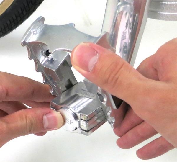 ブリヂストン トランジットスポーツG26(TSG268)ペダルの折りたたみボタンを押しながら折りたたむ